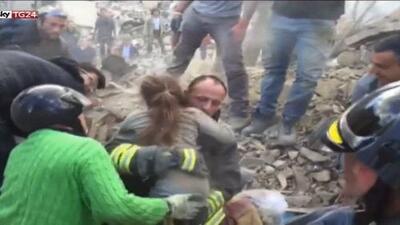 La desesperada misión de buscar vida debajo de los escombros en Italia