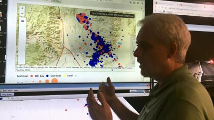 ¿Por qué se mueve la tierra en California? <br>En el estado dorado, los sismos son causados por el movimiento de enormes bloques de corteza terrestre (placas tectónicas).