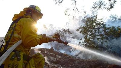 Bomberos intentan combatir un incendio de maleza en Beverly Hills, California