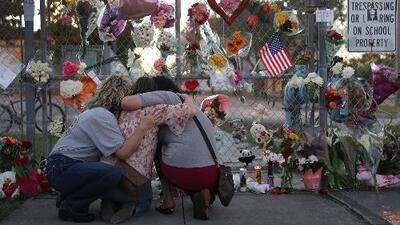 Siguen dejando flores y peluches en la secundaria de Parkland donde ocurrió el tiroteo