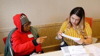 Navegadores de la salud en California proveen información y un camino a beneficios médicos