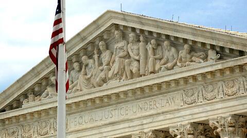 ¿A quién beneficia el fallo de la Corte Suprema de eliminar la deportación obligatoria de inmigrantes con algunos crímenes?