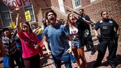 Sin agua ni luz y con comida racionada, partidarios de Maduro se atrincheran en la embajada venezolana en EEUU