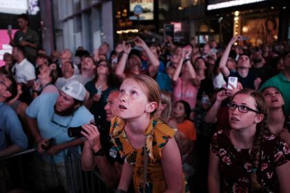 Decenas de espectadores se congregaron en la plaza del Times Square de Nueva York para ver la hazaña de los hermanos Wallenda. Durante los aproximadamente 36 minutos que los acróbatas tardaron en completar el emocionante reto de Nik, quien en 2012 atravesó las Cataratas del Niágara en un cable, y el desfiladero del Río Colorado cerca del Gran Cañón un año después.
