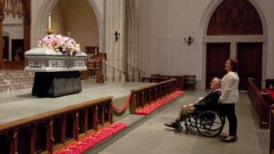 Los calcetines de George Bush en el funeral de su esposa Barbara escondían un tierno homenaje