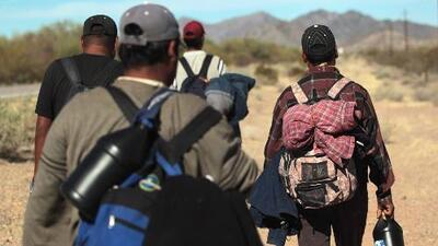 Familias inmigrantes cruzando la frontera en masa, lo que un equipo de Univision Noticias encontró en el desierto de Arizona