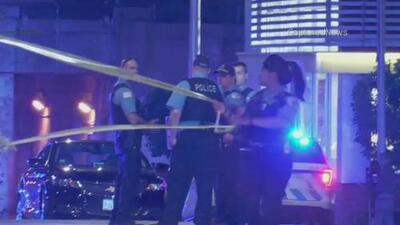 Investigan incidente en el que una oficial de policía resultó herida luego de que un vidrio de su patrulla se rompiera