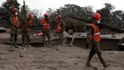 Sobrevivientes de la erupción del volcán de Fuego en Guatemala imploran que no cesen las labores de rescate