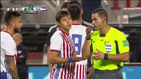 Tarjeta amarilla. El árbitro amonesta a Miguel Layún de Mexico