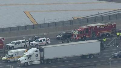 Mueren dos personas al volcarse un camión en una transitada autopista de Nueva Jersey