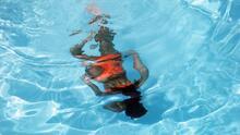Una médica explica qué consecuencias tiene para la salud bañarse en una piscina en la que han orinado