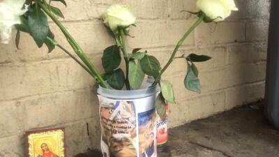 Con un altar improvisado, rinden tributo y piden justicia para alumno hispano apuñalado a muerte