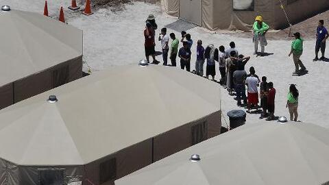 Piden al Congreso investigar cortes secretas de inmigración levantadas en carpas en la frontera