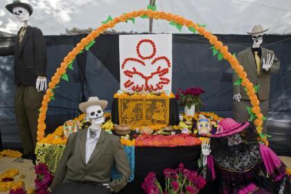 """En altares de muertos y ofrendas se usa muchísimo la flor del cempasúchil no sólo como adorno, sino también para crear como en este caso un arco o """"techo"""", que simboliza la entrada al mundo de los muertos."""