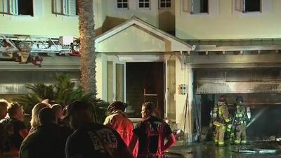 Incendio de dos alarmas consume un garaje lleno de autos de lujo en Fort Lauderdale