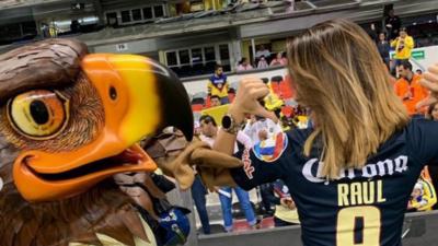 Color: Daniela Basso, novia de Raúl Jiménez, se puso la azulcrema en el Azteca previo al Clásico