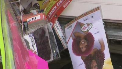 Rompen la entrada de un almacén con un camión de mudanza y se roban casi 90,000 dólares en pelucas