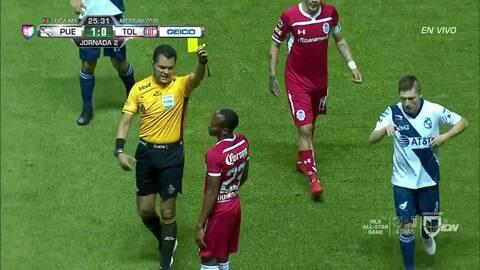 Tarjeta amarilla. El árbitro amonesta a Luis Quiñones de Toluca