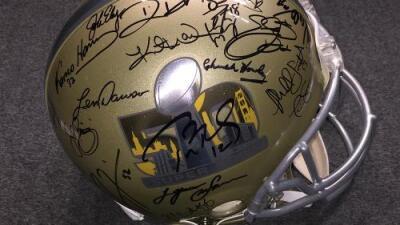 El increíble e histórico casco del Super Bowl 50 subastado por la NFL