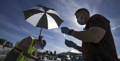 Dónde y cuándo puedes vacunarte contra el covid-19 en Los Ángeles si tienes 65 años o más