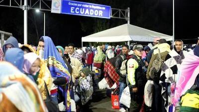Durmiendo en la calle y soportando bajas temperaturas: 300 venezolanos están varados en la frontera entre Colombia y Ecuador