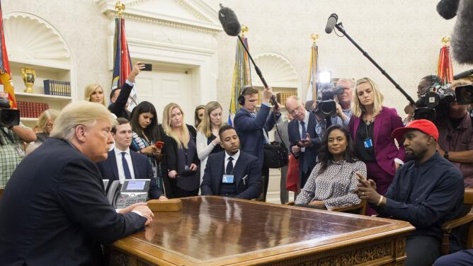 Kanye West hace un monólogo, habla de Superman y utiliza un lenguaje inapropiado durante su visita a la Casa Blanca