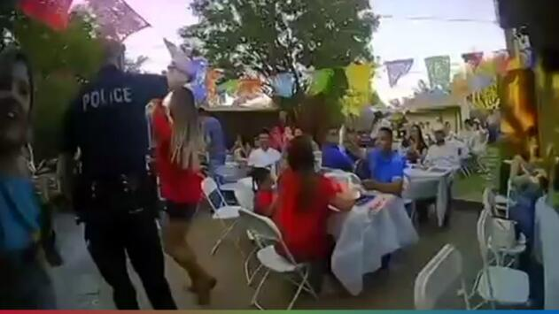 (Video) Policías se ponen a bailar banda en fiesta que habían reportado por ruidosa