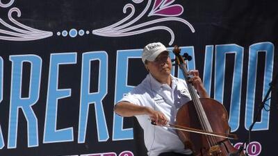 """En la cultura """"creamos puentes, no muros"""": el famoso violonchelista Yo-Yo Ma toca en la frontera entre EEUU y México"""