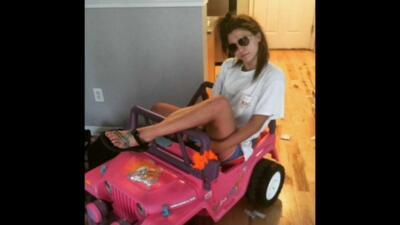 Joven va a la universidad en Jeep de Barbie tras quedarse sin licencia