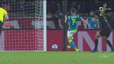 Con 'asistencia' de Marquinhos, Mertens puso el segundo