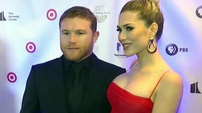 Orgulloso y de la mano de su novia, 'Canelo' llegó a recibir su premio a la gala de la Hispanic Heritage Foundation