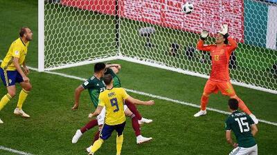 'Memo' Ochoa, figura con sus atajadas del México vs. Suecia en el primer tiempo