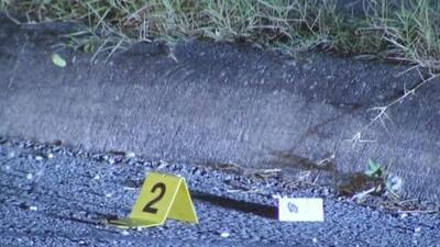 Un hombre iba manejando una bicicleta y un vehículo le disparó en la espalda
