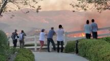 Residentes ven cómo las llamas del incendio en Castaic se acercan a sus casas