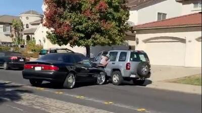 Incidente de ira al volante termina con un conductor prensado entre dos vehículos