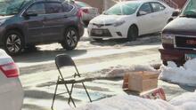 ¿Pones objetos o dibs en la calle para reservar tu estacionamiento? Desde el martes se los llevarán en la basura