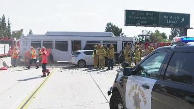 Aparatoso accidente en la autopista 405 en California envía a 25 personas al hospital