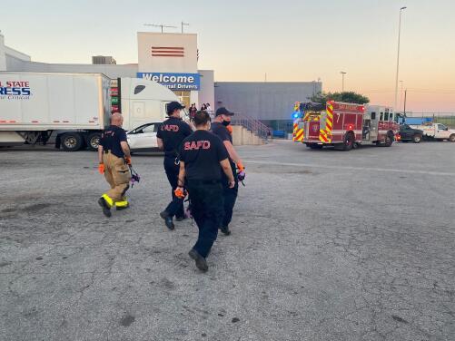 Autoridades detienen un camión que transportaba a inmigrantes indocumentados por la I-10 de San Antonio