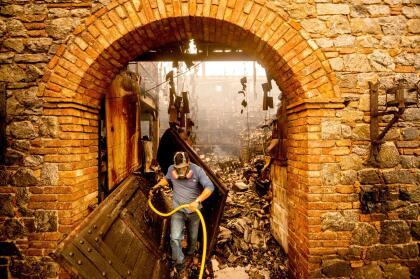 José Juán Pérez, trabajador de Castello di Amorosa, hizo lo posible por salvar varias partes del viñedo, pero la bodega donde guardaban todos sus vinos fue consumida por el fuego.