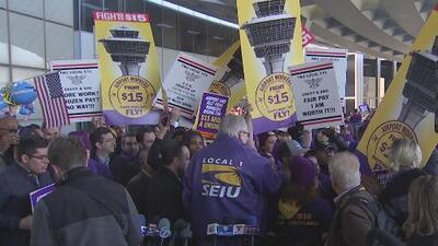 Empleados de Aeropuerto O'Hare en huelga denuncian amenazas y sobornos para no protestar