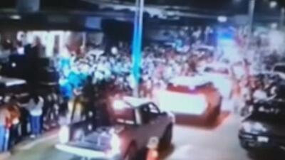 Supuestos miembros del cartel Jalisco Nueva Generación se pasean armados durante un desfile de carnaval en Veracruz