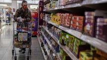 Flexibilización en el uso de mascarillas genera confusión entre trabajadores de supermercados en Los Ángeles