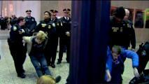 Jóvenes se plantan en el Edificio Federal para exigir que no elijan a Betsy DeVos como secretaria de Educación