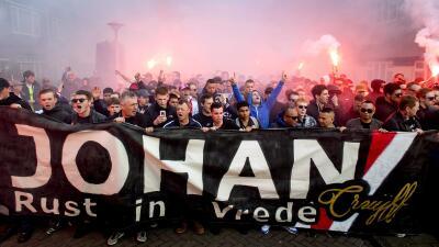 Emotivo homenaje a Cruyff en el Amsterdam Arena y Ajax recupera el liderato