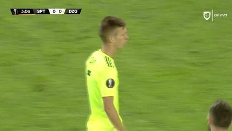 Matej Oravec despeja el balón y aleja el peligro