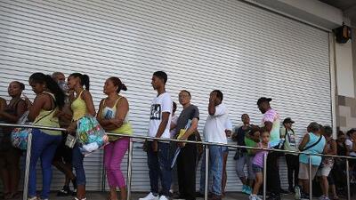 Las largas filas en las gasolineras, los mercados y los aeropuertos aún no cesan en Puerto Rico