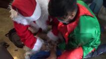 Papá Noel y un elfo arrestan a unos traficantes de drogas