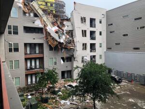 Un muerto y 5 heridos por colapso de una grúa de construcción sobre un edificio residencial en Dallas