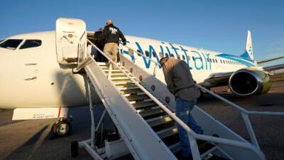 El negocio detrás de los vuelos con inmigrantes deportados