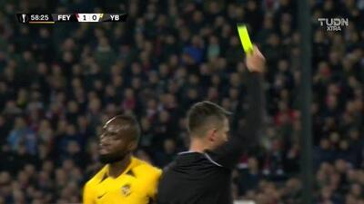 Tarjeta amarilla. El árbitro amonesta a Nicolas Moumi Ngamaleu de Young Boys